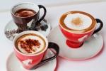 율리어스 마이늘에서 비엔나 커피를 주문하면 예쁜 잔에 담겨 제공된다. 왼쪽 위부터 아인슈패너, 뷔너 멜랑즈, 프란치스카너.