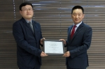 나비스오토모티브 시스템즈가 ASPICE LEVEL3 획득을 기념하며 수상식을 개최하였다. 좌측 NAVIS-AMS 고영수 개발본부장, 우측 ASPICE 심사위원
