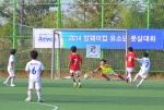 한국암웨이는 지난 18일(토) 인천 계양구에 위치한 강서개화축구장에서 2014 암웨이컵 유소년 전국풋살대회를 개최했다. 8·9세부 결승전에서 암웨이 축구교실 광주팀 선수가 역전골을 넣고 있다.