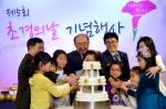 제5회 초경의날 기념행사에 참가한 아이들과 함께 케이크 커팅으로 초경을 축하하고 있다.
