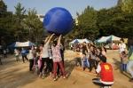 18일 삼전종합사회복지관이 주최하는 삼전어울림축제가 진행됐다. 사진은 미니가족체육대회 큰 공 넘기기를 하는 모습
