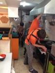 삼각김밥&규동 전문점 프랜차이즈 오니기리와 이규동 본사 직원이 우렁각시 클리닝 서비스로 가맹점 청소를 실시하고 있다.