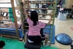 웰니스의원은 척추측만증을 단계별 요법에 맞춰 시행하며 증상에 따라 KNX-7000 등을 활용하는 1:1 맞춤 교정운동치료를 시행한다.