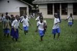 수업을 마치고 뛰어 나오는 방기(Bangui) SOS 어린이 마을의 학생들