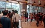 25일 서울 종로구 그랑서울에서 열린 로맨틱 그랑서울 단체미팅 이벤트에 참가한 참가자들이 접수를 하기 위해 줄을 서 있다.