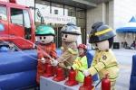 일산소방서 소소심 체험장을 방문한 어린이가 소방캐릭터 인형과 함께 현대백화점 킨텍스점 1층 정문에서 물소화기 체험을 하고 있다.