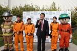 서은석 일산소방서장과 소방대원들이 어린이 안전활동 재능대회에 참가한 어린이들에게 인사를 하고 있다.