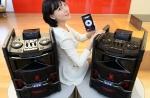 LG전자가 상업용 오디오 시장 공략을 위한 고출력 오디오를 출시한다. 모델이 고출력 오디오로 음악을 듣고 있다.