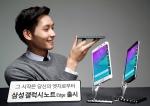 삼성전자가 혁신적인 엣지 스크린을 탑재해 완전히 새로운 스마트폰 사용 경험을 제공하는 갤럭시 노트 엣지를 국내에서 출시한다. 갤럭시 노트 엣지는 스마트폰의 우측까지 정보를 표시해 갤럭시 노트의 대화면 사용성을 극대화한 것이 가장 큰 특징이다. 사진은 삼성전자 모델이 제품을 소개하는 모습.
