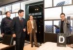 서강호 이브자리 대표와 김영세 이노디자인 대표가 코디센 삼성점에 입점한 T 라인 제품들을 둘러보고 있다.