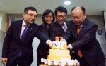 정문국 사장과 이명호 노조위원장(맨 오른쪽) 등이 27주년 기념 케이크를 자르고 있다.