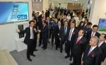 (앞줄 오른쪽부터) 안전행정부 이성호 차관, 한국승강기안전관리원 공창석 원장, 오티스 엘리베이터 조익서 사장이 함께 오티스 엘리베이터의 혁신 아이콘 'Gen2 엘리베이터' 안내를 듣고 있다.