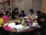 한국보건복지인력개발원 직원과 교육생이 양말인형을 만들고 있는 모습이다.