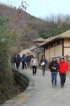시골 정취가 물씬 풍기는 고성 왕곡마을을 함께 걷는 부모와 자녀