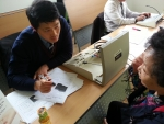 무료 청력검사를 진행중인 벨톤보청기 성남분당지사 이완수 원장 모습