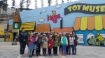 부산 글로벌빌리지 어린이 기자단이 삼정더파크 동물원 내 장난감 박물관(월드토이뮤지움)에서 기념촬영을 하고 있다.