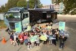볼보트럭코리아가 동탄초등학교 1학년 학생들을 대상으로 투명안전우산 캠페인을 진행했다.
