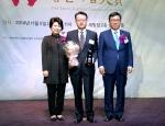 일동후디스가 13년 연속 여성소비자가 뽑은 좋은기업 대상을 수상했다. 여성신문사 대표 김효선(왼쪽), 일동후디스 홍보팀 팀장 김창선(가운데), 국회 보건보지위원장 김춘진(오른쪽)이 기념 촬영을 하고 있다.