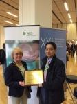 건국대병원 소화기내과 심찬섭 교수가 지난 10월 오스트리아 비엔나에서 열린 유럽내시경학회에서 WEO 관계자와 인증패를 들고 기념사진을 찍고 있다.
