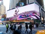 타임스 스퀘어에 위치한 클리어 채널 스펙타컬러의 최신 스펙타큘러 아웃도어 디스플레이는 북미에서 가장 크며 최고로 발전된 기술로 제작된 디지털 광고판이다. 축구장 크기의 길이에 2만 5000 제곱피트의 면적이며, 최고 해상도의 LED를 사용하였다.