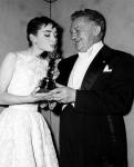 1954년 아카데미 시상식에서 오드리 헵번이 로마의 휴일로 여우주연상을 수상하는 모습