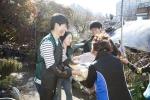건국대 학생 봉사단이 사랑의 연탄-생필품 배달 봉사를 펼쳤다.