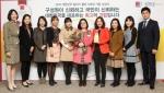 현미숙 매니저(사진 중앙, 꽃다발 들고 있는 사람)가 11월 19일 수요일에 열린 2014년 시상식에서 부하 직원들과 함께 하였다. 퀸타일즈는 한국에서 가장 일하기 좋은 직장의 하나로 선정되었다.