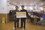 훌랄라가 지난 18일 수원과 인천에 노숙자 무료급식 운동을 펼치는 기관에 김장김치를 전달하고 포즈를 취하고 있다.