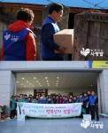 사단법인 함께하는 사랑밭이 지난 13일, 하나금융그룹과 여러 자원봉사자들과 함께 소외이웃들에게 행복상자를 전달했다.