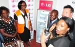 현지시간 24일 케냐 웨스트 포코트 행정구역 내 보건시설에서 LG전자 케냐법인 김옥태 과장(오른쪽에서 두번째 남성)이 태양광 냉장고를 기부한 후 캐서린 오멘다(Catherine Omenda, 왼쪽에서 두번째 여성) '월드비전 케냐' 디렉터 등과 기념촬영을 하고 있다.