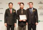 11월 26일(수) 서울 프레스센터에서 열린 제7회 대한민국 인터넷소통대상에서 한국장학재단(가운데 안대찬 홍보팀장) 관계자가 소통행정 대상 수상 후 기념사진을 촬영하고 있다.