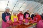 The-K한국교직원공제회가 지난 27일 양평군 단원면 섬이마을에서 이규택 교직원공제회 이사장(사진 왼쪽 세 번째)과 윤병윤 경영지원이사(사진 왼쪽 첫 번째)를 비롯한 임직원 60여명이 참여한 가운데 '사랑의 김장 나눔' 행사를 가졌다.