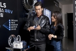 남성 전문 스킨케어 브랜드 랩 시리즈 맥스 엘에스 에이지-레스 파워 브이 리프팅 크림 론칭 행사에 참석한 배우 오창석이 신제품을 직접 바르고 있는 모습