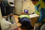 차흥봉 한국사회복지협의회장(초록색 점퍼)과 서경석 우리마포복지관장이 독거어르신을 찾아뵙고 큰절을 올리고 있다.