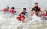 거창 수상안전 체험장 신성규 대장이 직접 물속에 뛰어들어 청소년들에게 수상안전 교육을 진행하고 있다