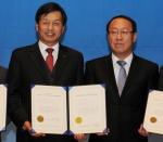 한국교직원공제회 서명범 회원사업이사가(왼쪽) 한국소비자원 정대표 원장(오른쪽)으로부터 CCM 인증서를 받고 있다.