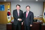 지난 11일 김한조 외환은행장은 인천시청을 방문하여 유정복 시장과 인천경제특구의 외자유치관련 핵심사업에 대한 상호협력 방안을 논의했다.