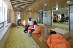 이트너스 본사 와글와글에서 직원들이 업무 중간에 휴식을 취하고 있다.