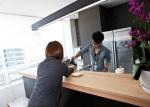 이트너스 본사 E-Lounge의 직원들이 업무를 보고 있다.