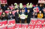 서강호 이브자리 대표 및 임직원들이 서울 강동구 강동종합사회복지관에서 2014 이브천사 전달식을 갖고 기아대책 임직원들과 기념 촬영을 하고 있다.