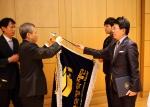 17일 정부대전청사 대회의실에서 열린 2014년도 정부물품 관리 종합평가 우수기관 시상식에서 한국장학재단 관계자가 장관상을 수상하고 있다