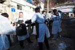12월 18일(목) 서울시 노원구 상계동 일대에서 한국장학재단(이사장 곽병선, 좌측 2번째)과 임직원이 지역 소외계층지원에게 사랑의 연탄나눔 봉사활동을 하고 있다.
