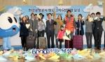 한국공항공사 항공여객 6,000만명 돌파를 축하하며 19일 김포공항 국제선 3층 청사에서 비즈니스맨, 해외 관광객, 국내 여행객 차림을 한 모델들과 김석기 한국공항공사 사장, 임직원들이 종이비행기를 날리고 있다. 전국 14개의 공항을 운영하는 한국공항공사는 이날 항공여객 6,000만명 달성을 자축하는 기념식을 갖고, 국민들의 성원에 보답하는 의미로 전국공항에서 이용객에게 특별 기념품을 제공했다.