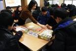 천안북중학교 학생을 대상으로 금융 기초상식 교육과 보드 게임을 통한 용돈관리 체험을 하고 있다.