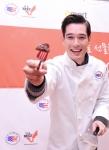 리키김이 연말 홈파티에 제격인 미국산 소고기 스테이크를 선보이고 있다.