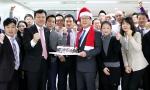 24일 TOP지점을 방문한 ING생명 정문국 사장이 크리스마스 케이크를 전달하고 있다