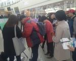 서울역에서 진행된 시민 10대 뉴스 조사 캠페인(조사에 참여하고 있는 국민권익위원회 곽진영 부위원장)