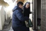 골프웨어 그린조이 임직원과 봉사자들이 독거 어르신을 위한 봉사활동을 진행하고 있다.