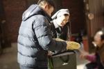 그린조이 직원과 봉사자가 독거 어르신을 위한 방한 조끼를 선물하고 있다.