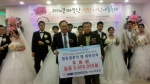 KMI한국의학연구소 한만진 상임고문(오른쪽)이 후원금을 전달하며 한국이주노동재단 안대환 대표(왼쪽)와 함께 기념 촬영을 하고 있다.